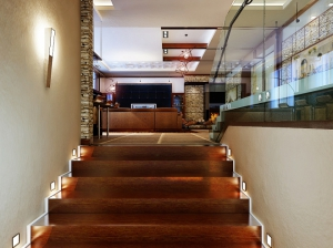 лестница современный стиль коттедж
